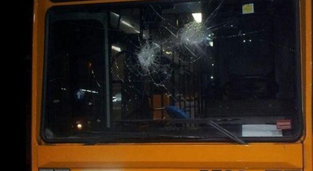 Napoli, sassaiola contro bus a Fuorigrotta: parabrezza infranto