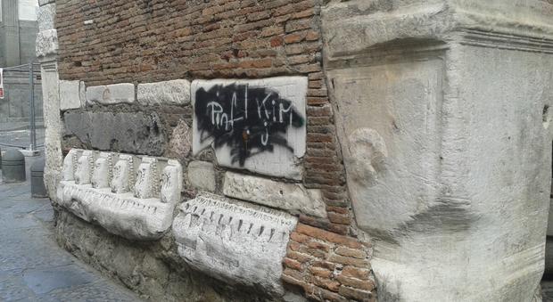 Napoli. Centro storico, turisti indignati per lo scempio delle bombolette Foto