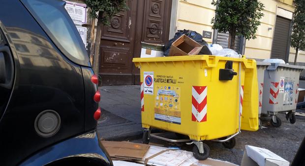 Flop differenziata: l'anarchia a Napoli viaggio nel caos cassonetti Manda la segnalazione su Whatsapp