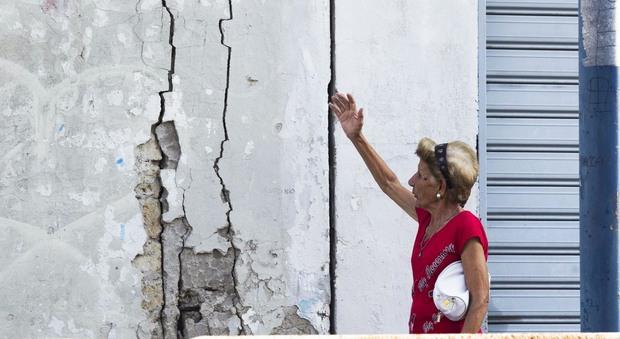 Reportage | Crepe, crolli e preghiere all'ombra del bradisismo nei Campi Flegrei