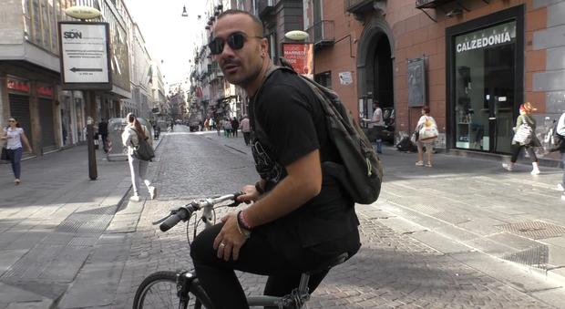 «Giretto d'Italia» a Napoli: al lavoro con la bici ma troppe le difficoltà