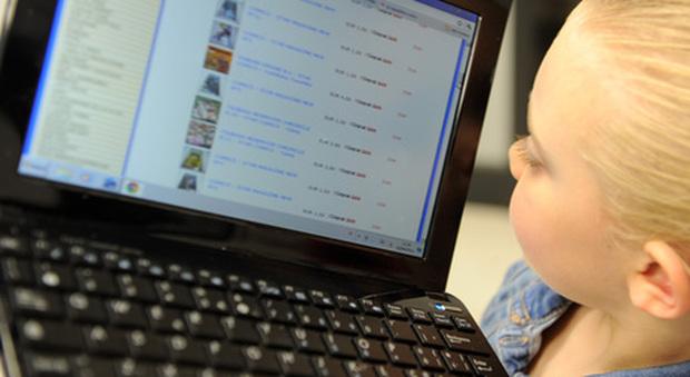 Smart working, la bambina entra nella riunione di lavoro del papà su Zoom e rivela il segreto di famiglia: ecco il video virale