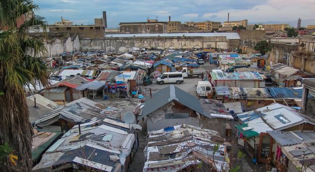 De Luca, linea dura sui rom «Rispettino la legge o via»