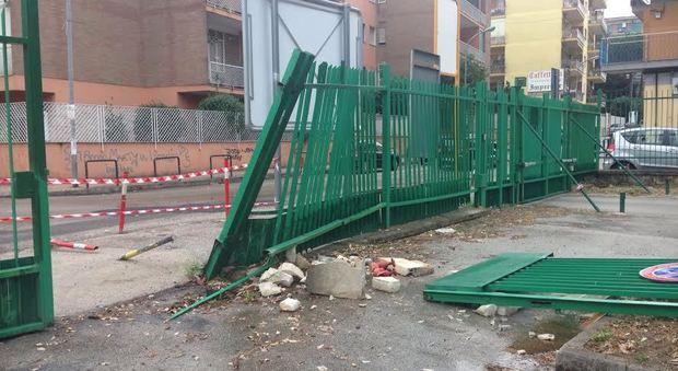 Paura a Marano, auto si schianta contro il cancello della scuola media
