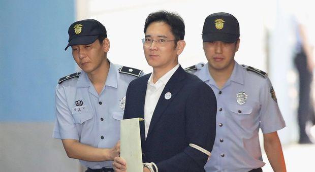 Samsung, pena per corruzione dimezzata; liberato il vicepresidente Lee