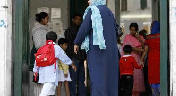 Bimbi stranieri esclusi dalla mensa a Lodi, colletta di 60mila euro. Di Maio: «I piccoli non si toccano»