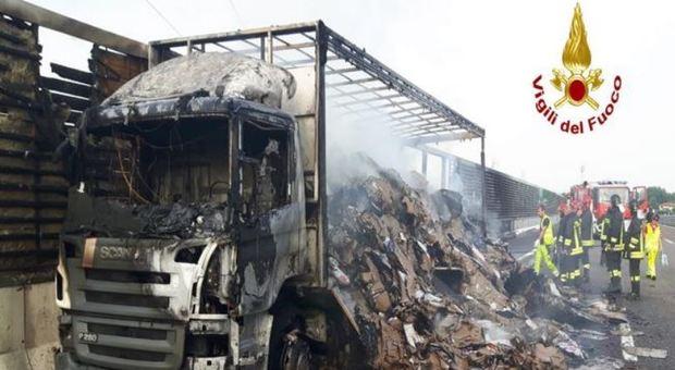 Furgone contro tir carico di cartoni, esplode bombola di gas: rogo sulla A4, due morti