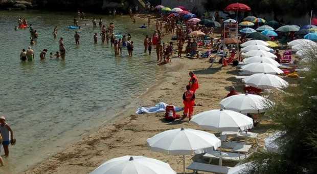 Salento, malore in spiaggia: si tuffa e muore a Santa Maria al Bagno