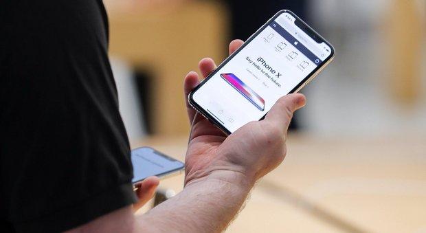 Apple, nuovi problemi per iPhone X: non fa rispondere alle telefonate
