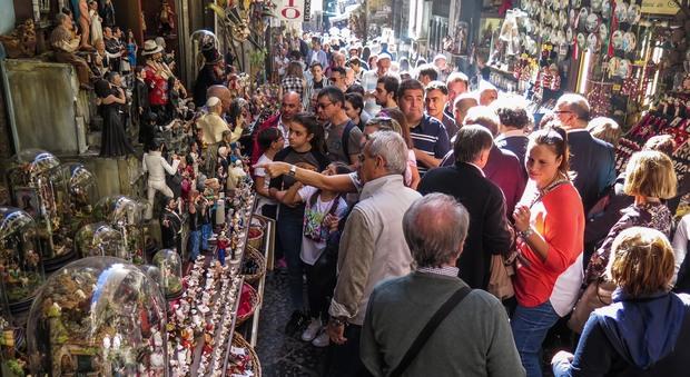 Napoli, folla di turisti a San Gregorio due mesi prima di Natale