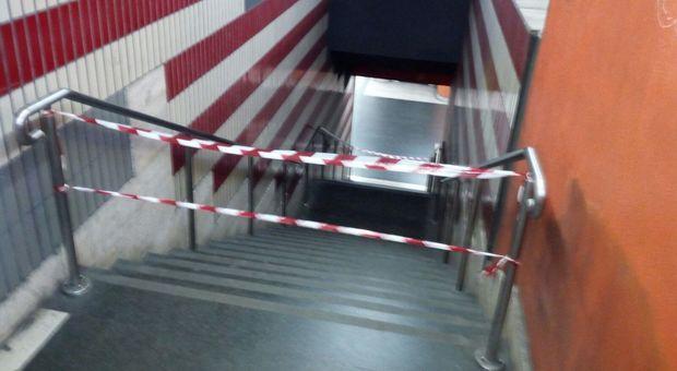 Roma, si stacca una lastra in marmo della parete della metro A: colpito un ragazzo, è grave