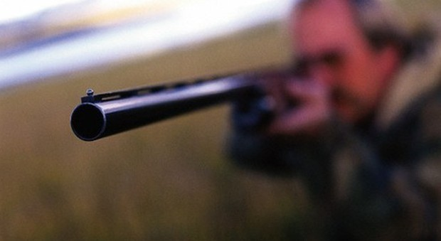 Napoli, lite per terreni confinanti imbraccia il fucile e spara al fratello
