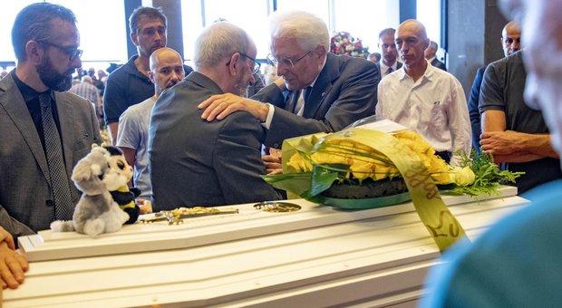 Funerali, Bagnasco: «Genova è ferita, ma non si arrende». L'Italia si è fermata