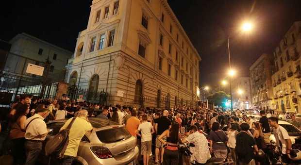 Prof suicida, la veglia davanti al liceo Vico (Newfotosud, Antonio Di Laurenzio)