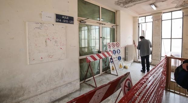 Napoli, tragedia sfiorata nella facoltà di Scienze Politiche: crolla solaio all'ingresso di un'aula