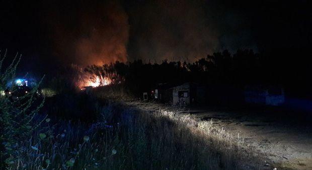 Incendio ai campi rom, poliziotti eroi mettono in salvo donne e bambini