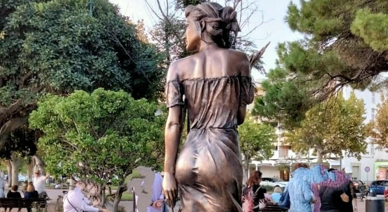 Spigolatrice di Sapri, i neoborbonici:«Al posto della statua valigia di  bronzo» - Il Mattino.it