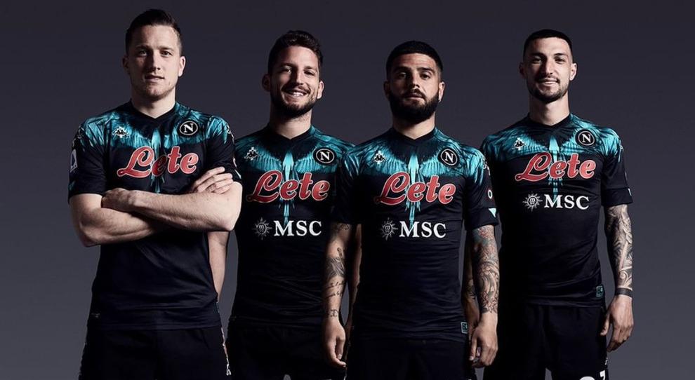 Il Napoli indossa la nuova maglia:Insigne e Mertens in stile ...