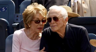 Anniversario Di Matrimonio Piu Lungo.Kirk Douglas E La Moglie Anne Entrambi Centenari Festeggiano 65