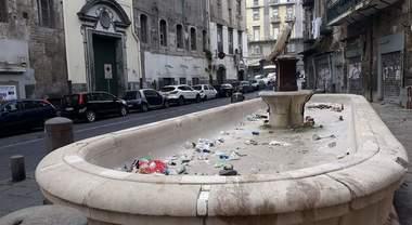 Napoli, ridotta a una pattumierala Fontana della Scapigliata - Il Mattino.it