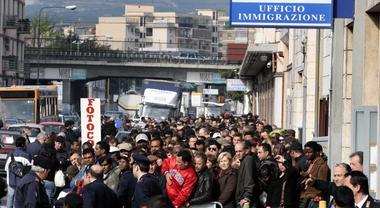 L\'ufficio immigrazione di Napoli apre le porte:in 24 ore ...
