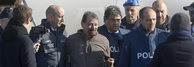 Cesare Battisti tra i poliziotti all'aeroporto di Ciampino