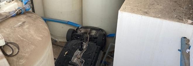 Lecce, sfonda la recinzione del parcheggio dell'ospedale e fa un volo di tre metri: paura per un medico