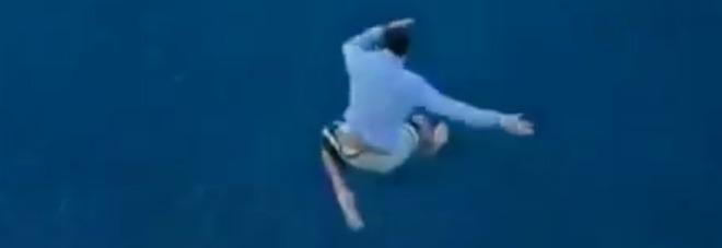 Ragazzo di 27 anni si butta dalla nave da crociera, in un video il volo di oltre 30 metri