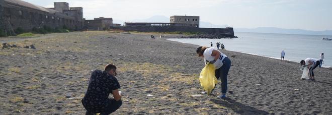 Napoli Est, bagni e docce sulla spiaggia di San Giovanni