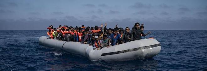 Migranti, nave Ong salva 50 migranti: rotta sull'Italia. Viminale: chiuderemo acque territoriali
