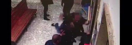 Giovane pestato alla stazione Circum: pugno duro contro il branco
