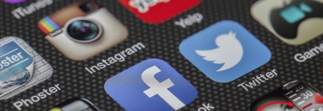 Covid, teorie del complotto: quasi tutte sono state create da 12 profili social, ecco chi sono
