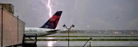Fulmine colpisce pista atterraggio, paura a Cagliari e voli deviati
