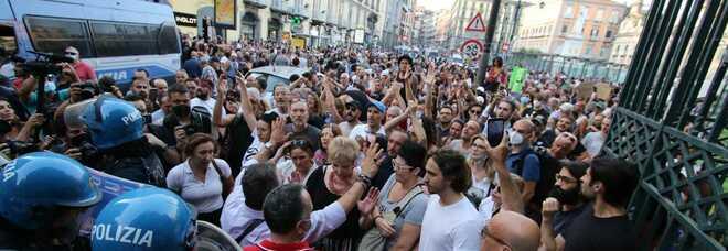 Green pass, protesta e tensioni a piazza Dante a Napoli: «Libertà, vogliamo decidere il nostro futuro»