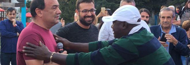Al centro il sindaco Domenico Lucano durante la manifestazione a Riace