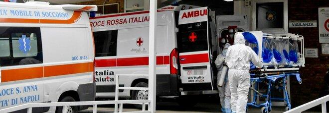 Covid a Napoli, positivi 11 operatori del 118: «Ma il virus è stato contratto in famiglia»