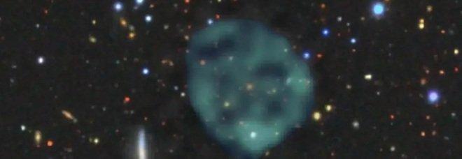 Astronomi incuriositi da colossali anelli di onde radio invisibili ai telescopi: sono curvature nello spazio-tempo?