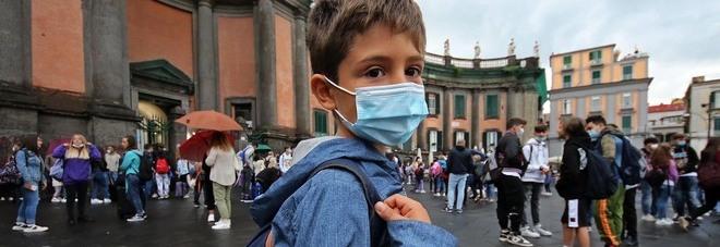 Scuole aperte a Napoli tra Covid e allerta meteo: «Però che bello tornare in classe»