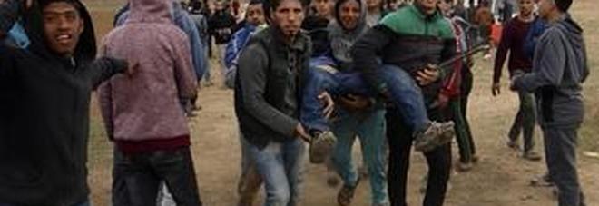 Un palestinese ferito negli scontri dello scorso venerdì