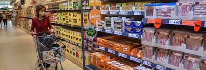 Covid, bisogna sanificare i prodotti dopo la spesa? Il Ministero: nessun contagio da cibo e imballaggi