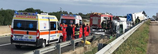Compattatore piomba su 2 furgoni sulla Bari-Brindisi: un morto