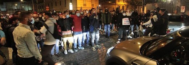 Coprifuoco a Napoli, l'ultima notte di proteste sul lungomare: imprenditori e ristoratori in piazza contro De Luca