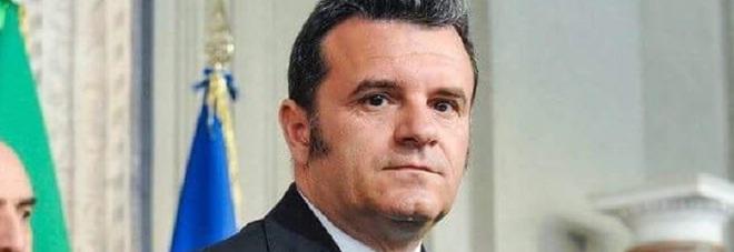 Il ministro Centinaio: «Booking, basta accettare B&B di privati». E cambieranno le stelle degli alberghi