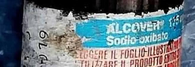 Napoli - Confezioni utilizzate di Alcover ritrovate sulla spiaggia della movida