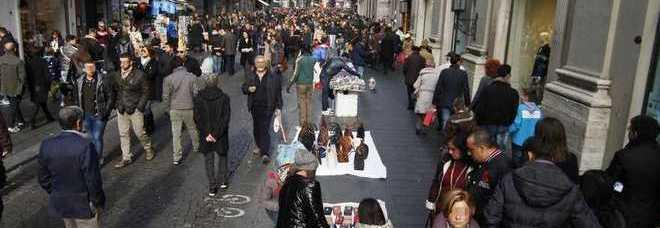 """Una donna è stata sorpresa nel negozio """"H M"""" in via Toledo subito dopo aver  rubato abbigliamento per 300 euro e cercato di guadagnare la fuga  aveva in  una ... c0c23b74849"""