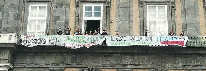 G20 a Napoli, blitz degli attivisti a Palazzo Reale: striscioni dai balconi per la giustizia ambientale