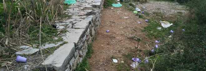 Abbandonano rifiuti dopo un aperitivo, 6 minorenni traditi da uno scontrino