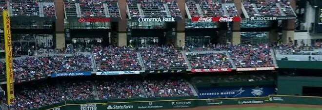 Covid, il baseball riapre gli stadi: negli Usa giocata la prima partita con 40.000 spettatori