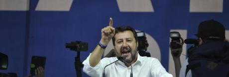 Bomba carta contro un banchetto della Lega: Salvini attacca la Raggi