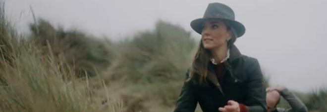 Kate Middleton, il video inedito di famiglia con William, George, Charlotte e Louis. I fan notano un dettaglio: «Com'è possibile?»